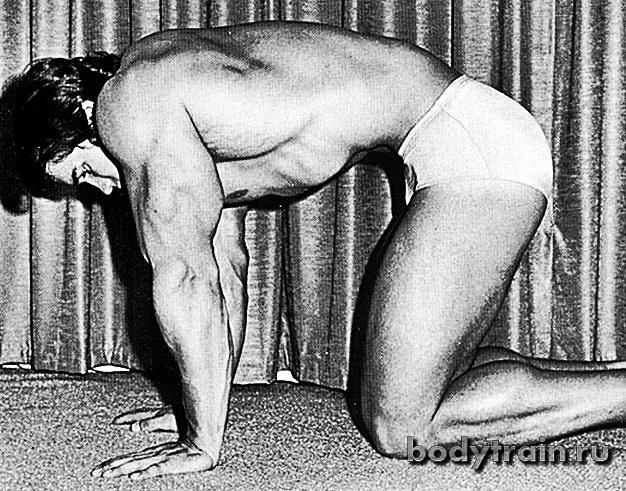 Упражнение вакуум на коленях