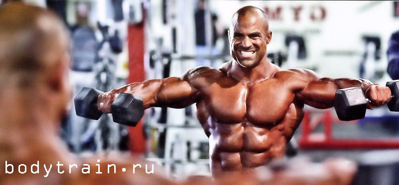 Упражнение применяется для эффективного развития боковых и задних дельтовидных мышц и еще развивает трапециевидные мышцы.