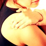 Пациенты страдают от сильных болей в плече и шее при остеохондрозе плечевого сустава
