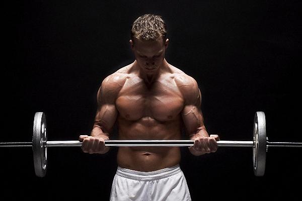 Uprazhnenija na biceps v trenazhernom zale